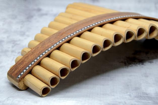 Close-up da flauta de pan de instrumento de sopro. detalhes de instrumentos musicais, música.
