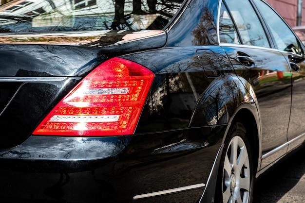 Close-up da frente do carro no estacionamento.