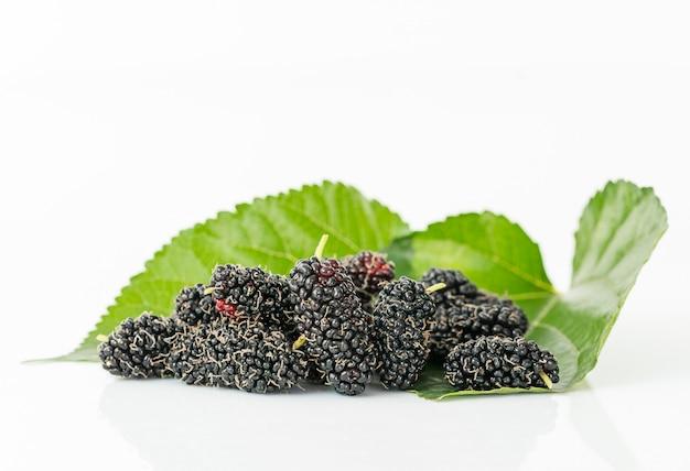 Close-up da fruta amoreira com folha verde