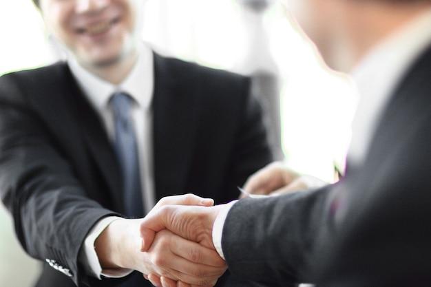 Close-up da imagem de fundo de um aperto de mão de parceiros de negócios. o conceito de parceria