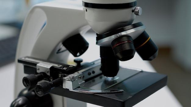Close-up da lupa microscópica e da lente