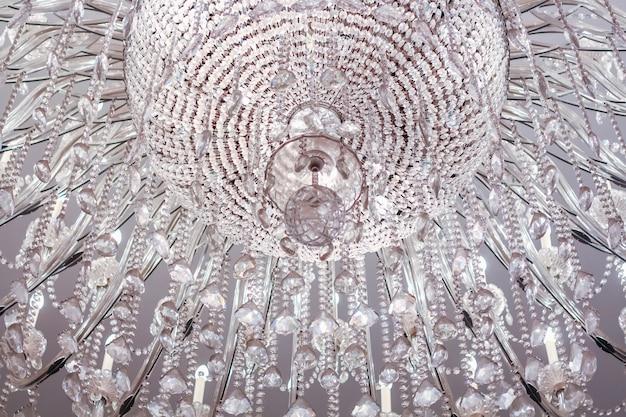 Close up da luz de cristal do candelabro em um teto