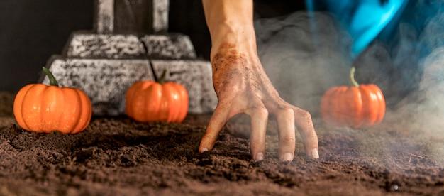 Close-up da mão assustadora tocando o chão