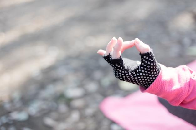 Close-up da mão da menina no pose da ioga