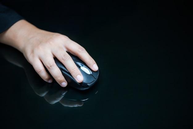 Close-up da mão da mulher de negócios no mouse do computador