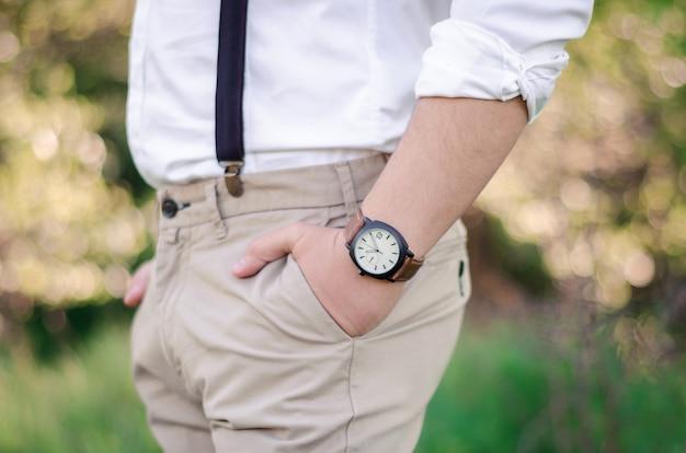 Close-up da mão de um homem usando um relógio
