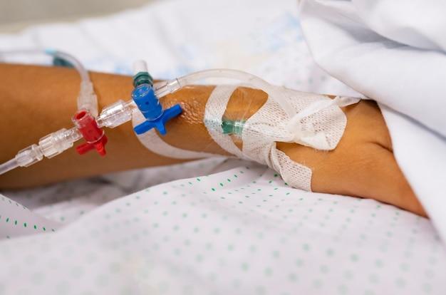 Close-up da mão de um paciente na enfermaria do hospital