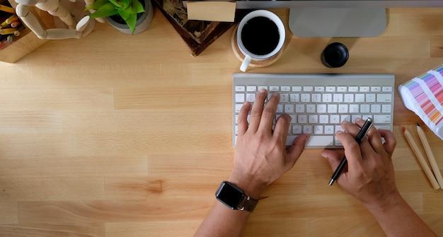 Close-up da mão do designer trabalhando com computador e copie o espaço