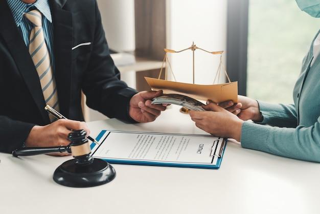Close-up da mão do empresário aceitando suborno de clientes mulher com documentos do contrato no escritório.