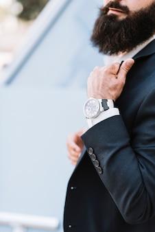 Close-up da mão do homem com um relógio de pulso
