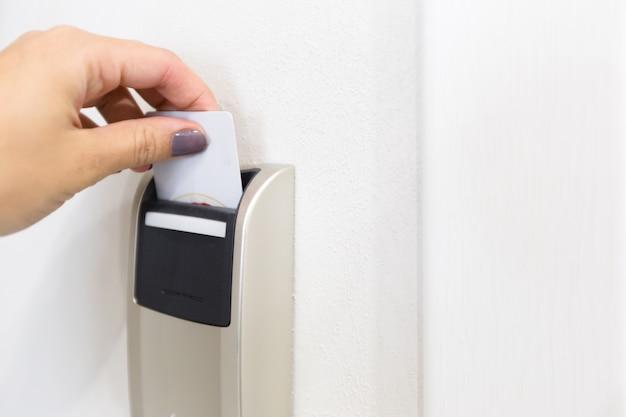 Close-up da mão feminina, abrindo a fechadura eletrônica do cartão