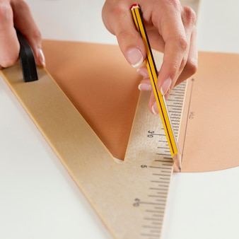 Close-up da mão medindo com régua