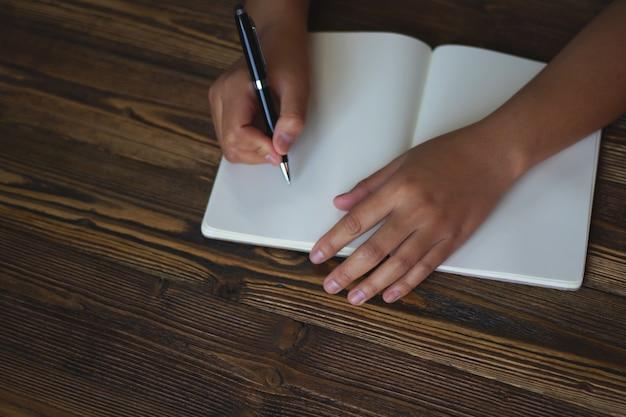 Close up da mão segurando a caneta, é como um escritor de cartas. ideia criativa