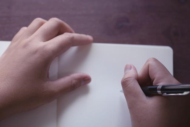 Close up da mão segurando a caneta, é como um escritor de cartas