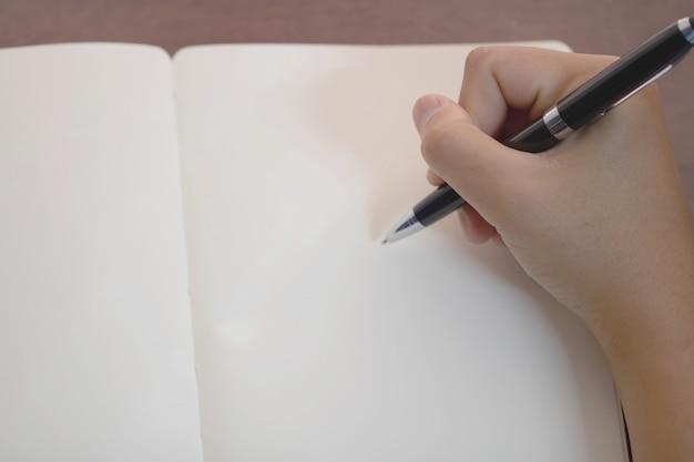 Close up da mão segurando a caneta, é como um escritor de cartas.