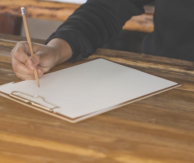 Close-up da mão segurando a caneta, idéia criativa de metas de trabalho