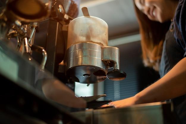 Close-up da máquina de café está preparando café na cafeteria