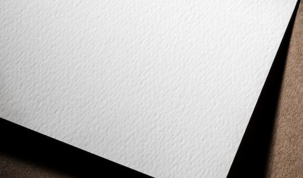 Close-up da marca em papel texturizado branco