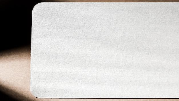 Close-up da marca em papelão branco texturizado