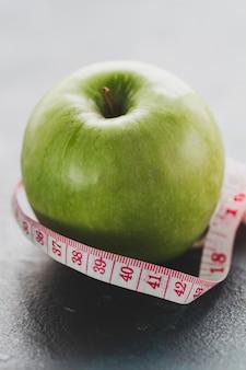 Close-up da medida da maçã e de fita