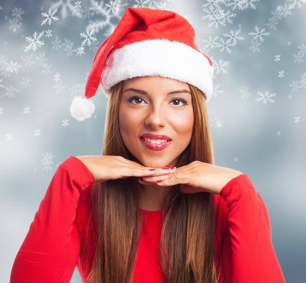 Close-up da menina alegre com flocos de neve fundo