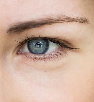 Close-up da menina bonita dos olhos azuis. retrato macro do rosto feminino.