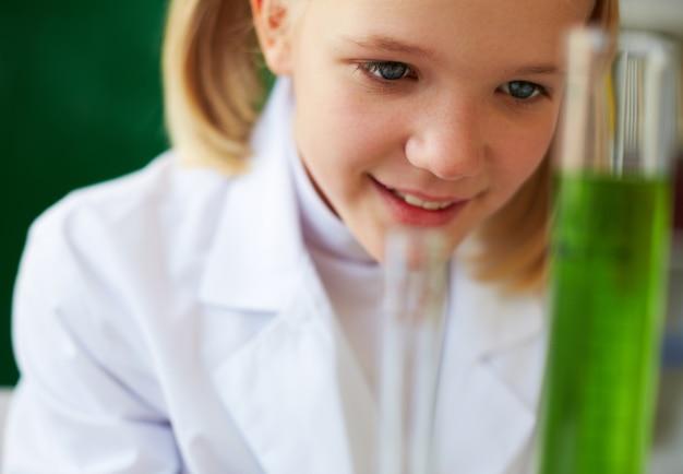 Close-up da menina feliz no laboratório
