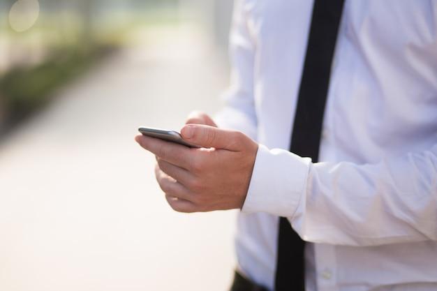Close-up da mensagem texting do homem de negócios