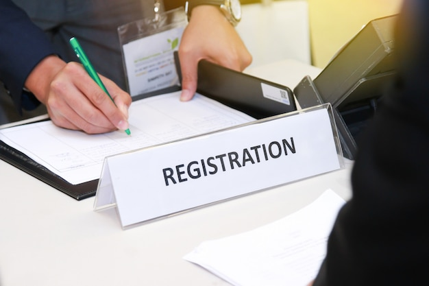 Close-up da mesa de inscrição na frente do centro de conferências