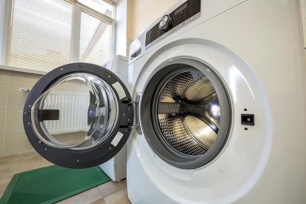 Close-up da moderna máquina de lavar roupa com porta aberta