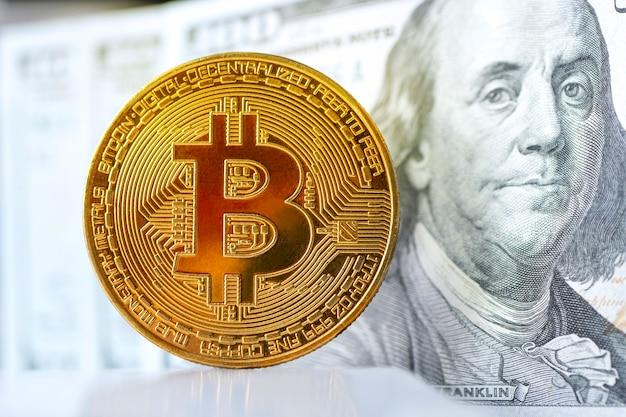 Close-up da moeda de ouro bitcoin em dólares americanos. conceito de troca de dinheiro eletrônico.