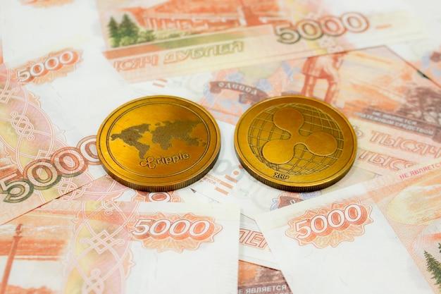 Close-up da moeda ondulada em notas de 5000 rublos russos. crypto xrp coin.