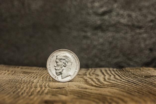 Close up da moeda velha do russo em uma tabela de madeira.