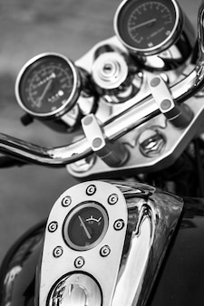 Close-up da motocicleta. belos detalhes cromados. fotografia preto e branco