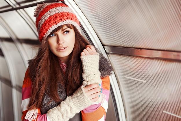 Close-up da mulher bonita com chapéu de lã e camisola