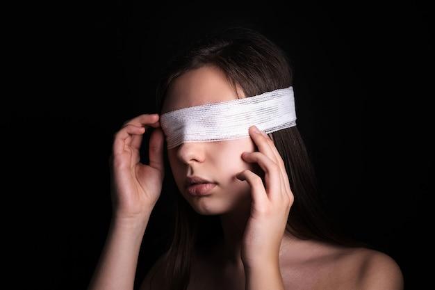 Close up da mulher com os olhos vendados conceito de censura, opressão ou repressão dos direitos humanos