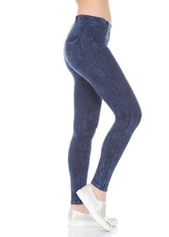 Close-up da mulher do ajuste com calças apertadas