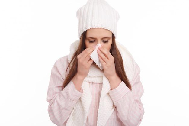 Close-up da mulher doente com um lenço de papel