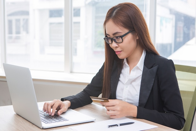 Close up da mulher doing business online banking