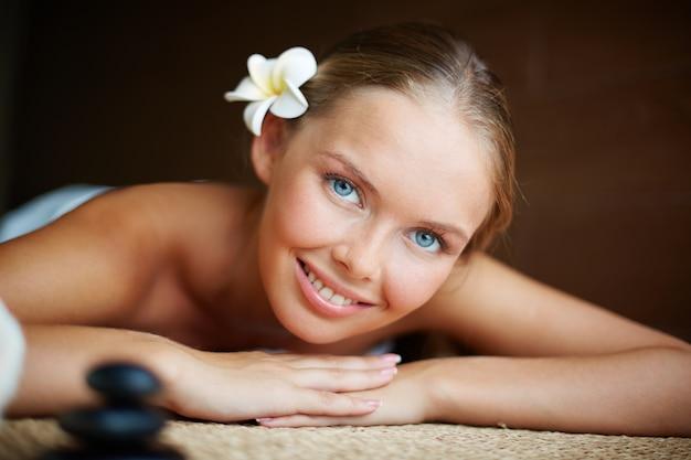 Close-up da mulher feliz na tabela da massagem