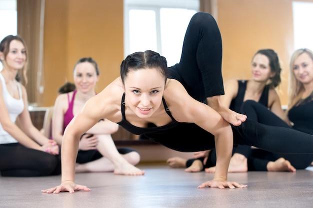 Close-up da mulher forte na aula de ioga