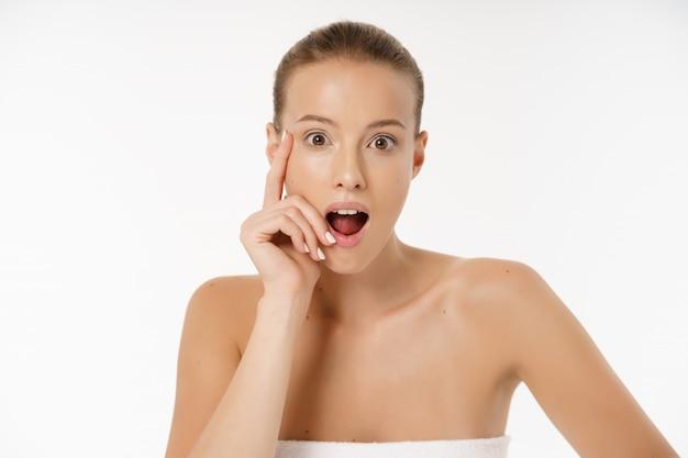 Close-up da mulher preocupada olhando para espinha no rosto