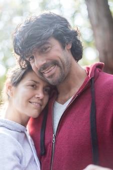 Close-up da mulher relaxado com o marido