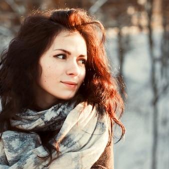 Close-up da mulher ruiva que desgasta o lenço