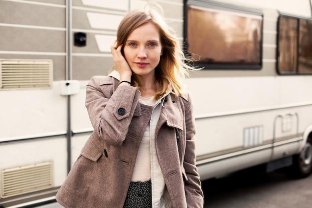 Close-up da mulher segurando o cabelo dela com fundo caravana