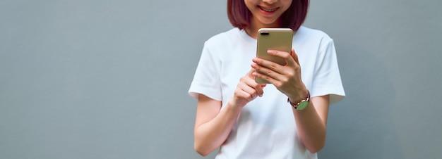 Close-up da mulher segurando um smartphone e usando social on-line no estilo de vida. tecnologia para o conceito de comunicação.
