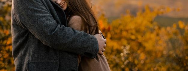 Close-up da mulher sendo abraçada pelo homem