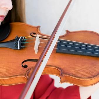 Close-up da mulher tocando violino