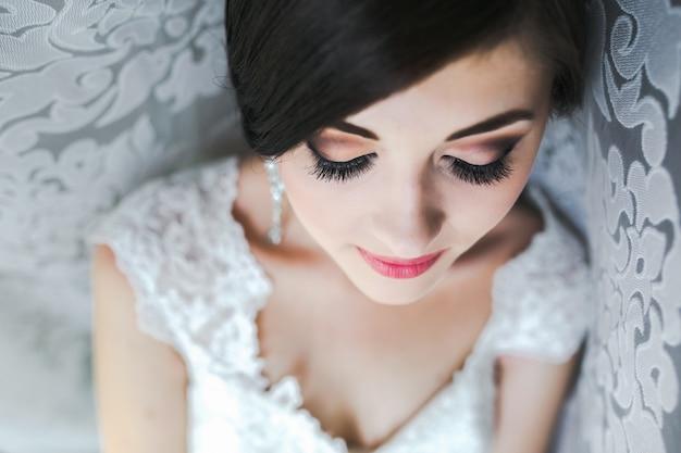 Close-up da noiva preparado para seu grande dia