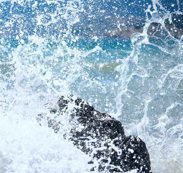 Close up da onda do surf do mar quebrando na pedra (crimeia, ucrânia)